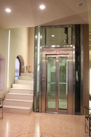 Ristrutturazione scala con inserimento vano ascensore presso abitazione privata a Padova